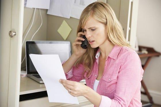 אישה מנסה לבטל עסקה בטלפון