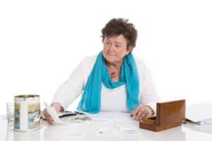 אישה מבוגרת גולשת באינטרנט