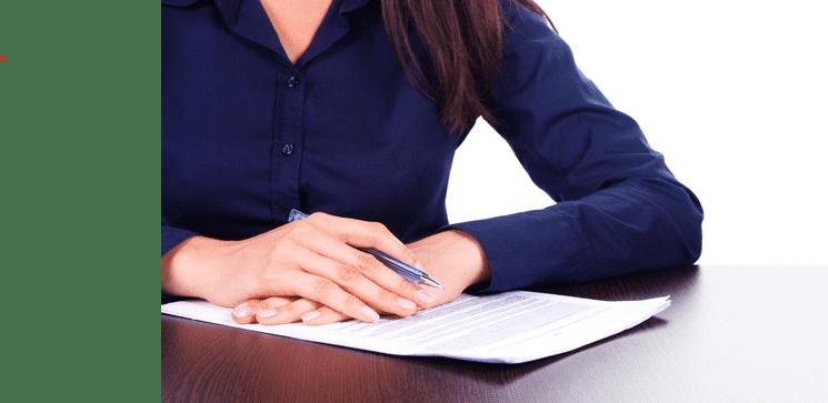 אישה חותמת על מסמך