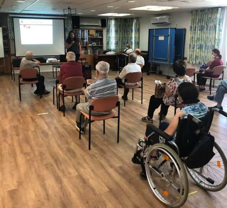 הרצאה לקשישים בנושא צרכנות נבונה